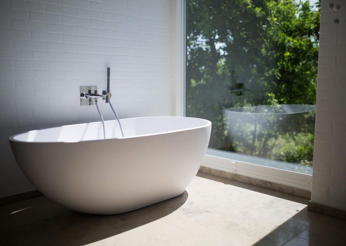 Drewno i dodatki w białej łazience – co dają?