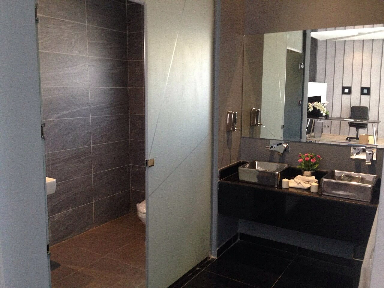 Nie musisz prosić profesjonalisty – zaprojektuj białą łazienkę samodzielnie
