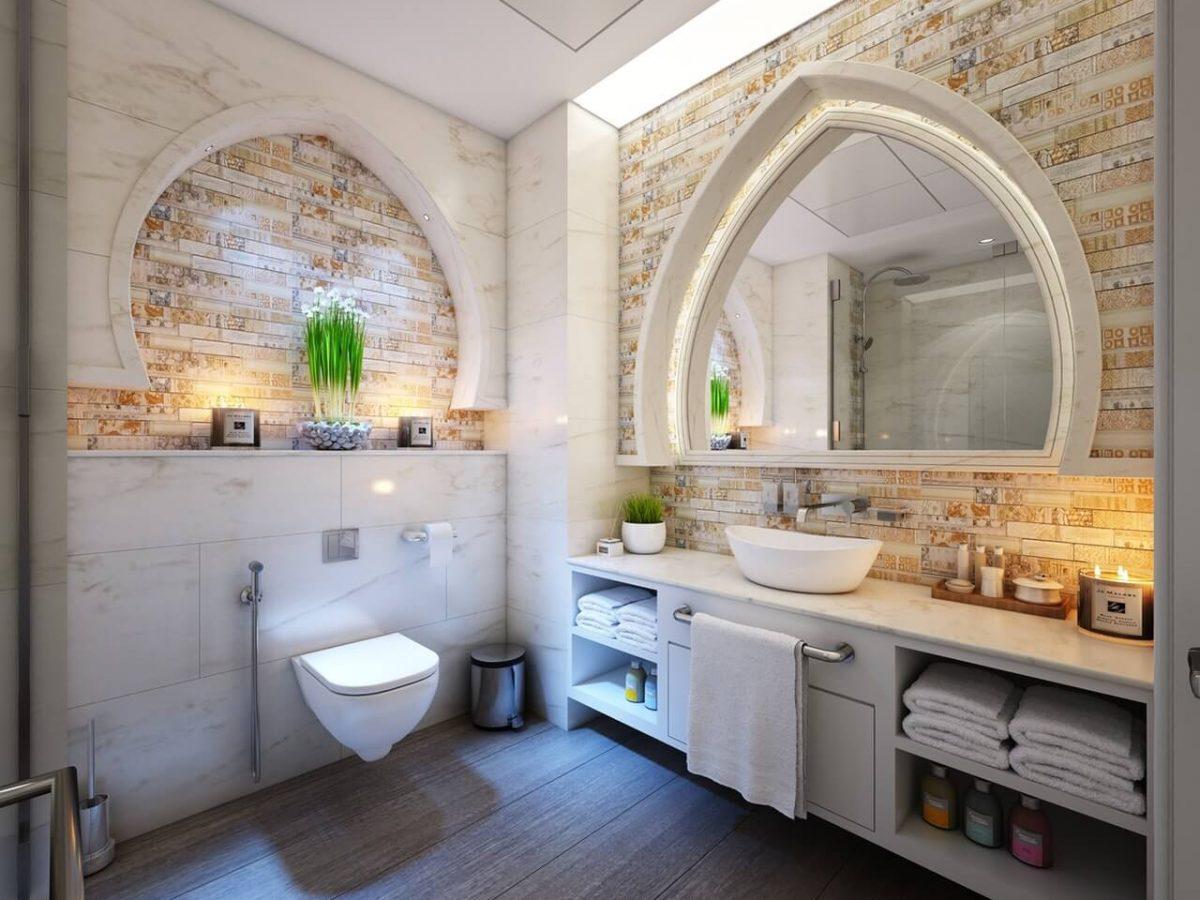 Lustro drewno i biel – modne aranżacje łazienki